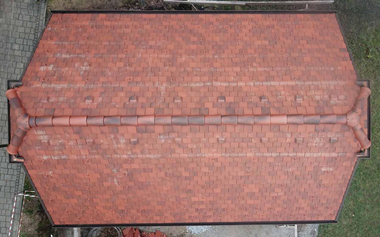 Das ist ein Foto von einem Tondach Tasche Eckig In Antik Dach